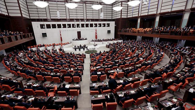 Video: Una sorprendente batalla campal estalla en el Parlamento turco