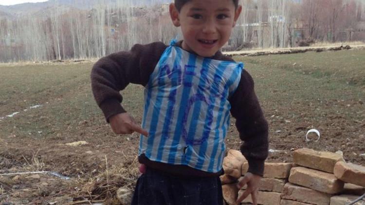 El niño de la 'camiseta' de Lionel Messi huye de su país por amenazas