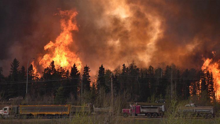 Impactantes imágenes: El fuego amenaza con devorar a una ciudad entera en Canadá
