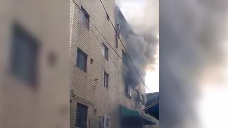 Video: Una mujer salva a sus hijos de un incendio arrojándolos por la ventana