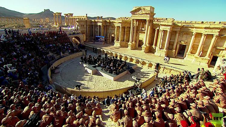 Las bombas dejan paso a los violines: Una orquesta sinfónica rusa toca en las ruinas de Palmira