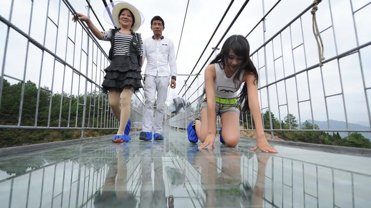 Suspendidos en el vacío: Impresionantes imágenes del mirador transparente más grande del mundo