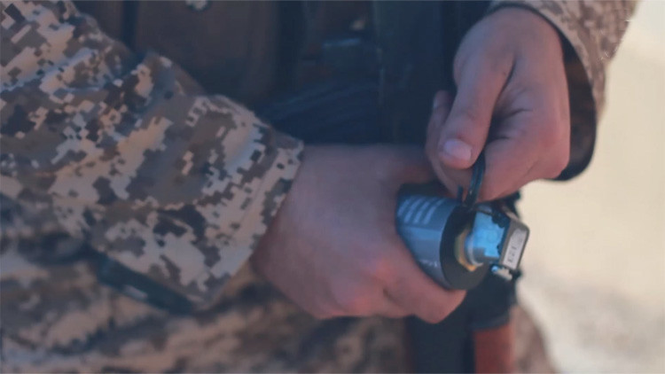 Video: Un yihadista se ríe ante la cámara mientras tira de la anilla de un cinturón suicida