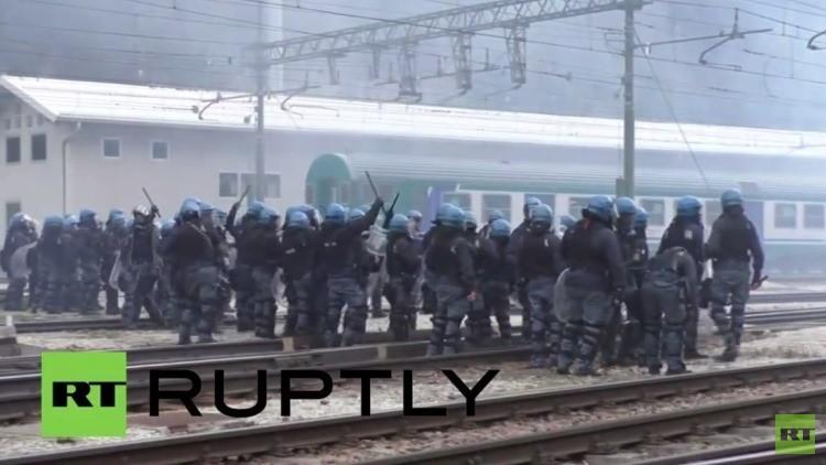 Manifestantes pro-refugiados se enfrentan con la Policía en la frontera italo-austriaca
