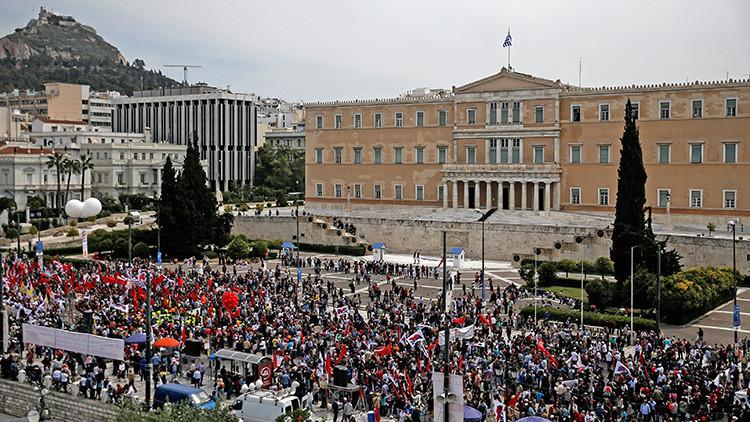 Lanzan bombas molotov contra el Parlamento griego durante protestas anti-austeridad
