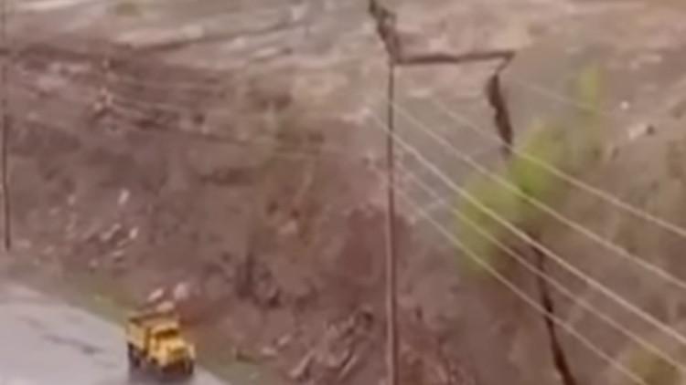 Video: Una enorme grieta en una ladera en EE.UU. amenaza a una comunidad