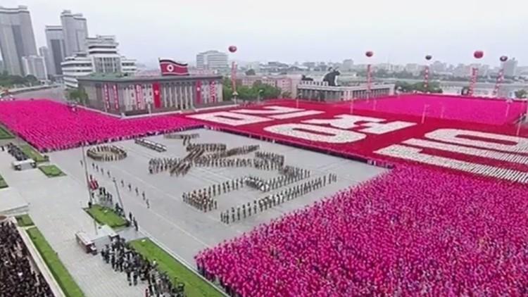 Video: Kim Jong-un asiste a un desfile civil en Pionyang