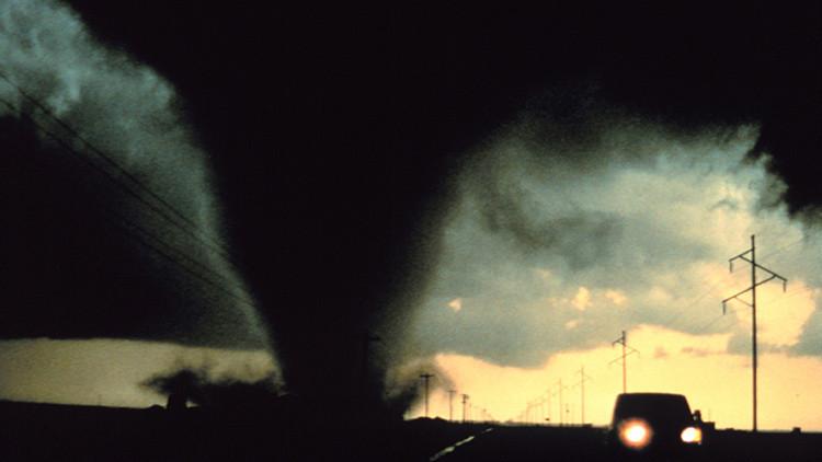 Video en 360°: un 'cazador de tornados' graba una devastadora tormenta