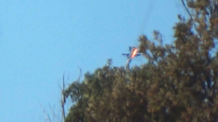 La caída del avión Su-24 ruso derribado el 24 de noviembre de 2015, tomada desde las posiciones de los rebeldes en Siria.