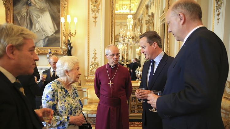 """La prensa capta una charla entre David Cameron y la reina sobre países """"increíblemente corruptos"""""""