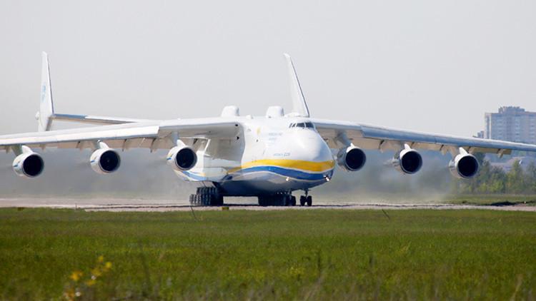 El avión más grande del mundo, el Antonov An-225, transporta un cargamento de 117 toneladas
