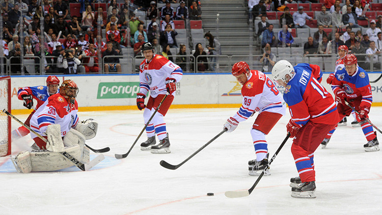 Video, fotos: Putin marca un gol en un partido de hockey en Sochi