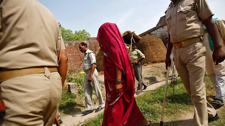 India: Un 'tribunal' aldeano ata a un árbol y azota a una niña violada por su padre