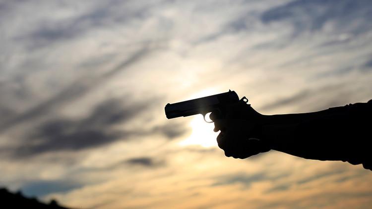 Polémica por un video en que un padre turco enseña a su hijo a disparar