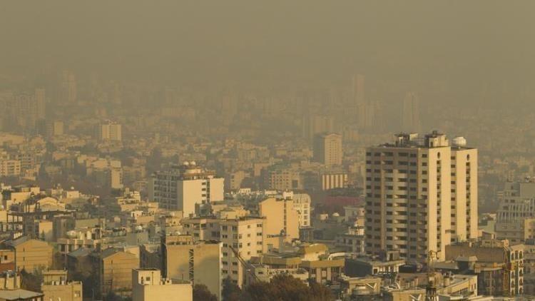 El humo mezclado con la niebla en el aire indio