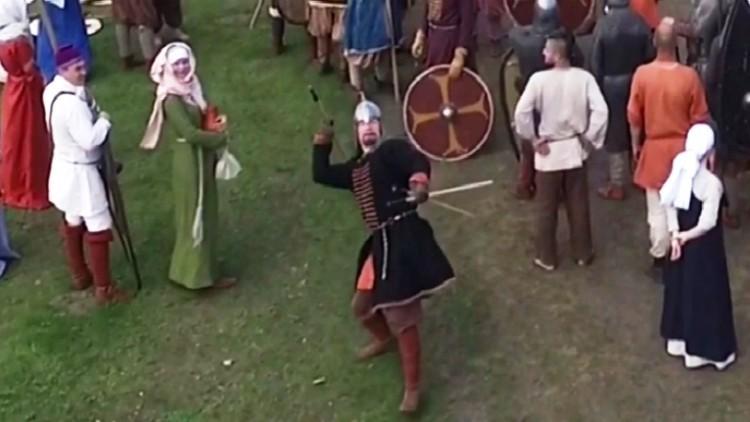 El cazador de drones vestido como un guerrero del siglo X