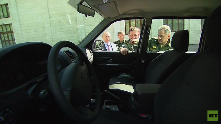 Video: Militar arranca la manija de un vehículo durante una inspección de Putin