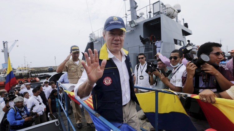 Santos compara a Uribe con un dirigente paramilitar y 'moviliza' a Colombia