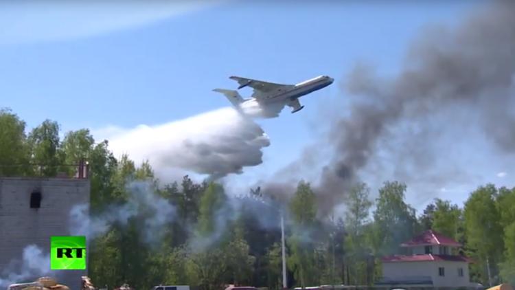 A vista de dron: las fuerzas de emergencia rusas maniobran por tierra, 'mar' y aire (VIDEO)