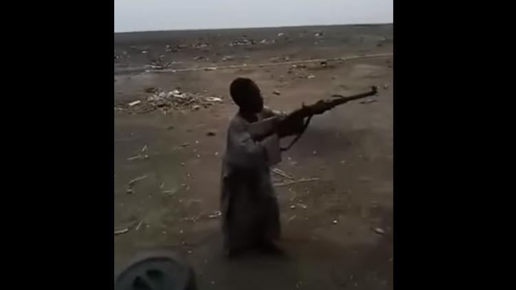 Video: Un miembro de Boko Haram de 7 años muestra sus habilidades en el uso de las armas