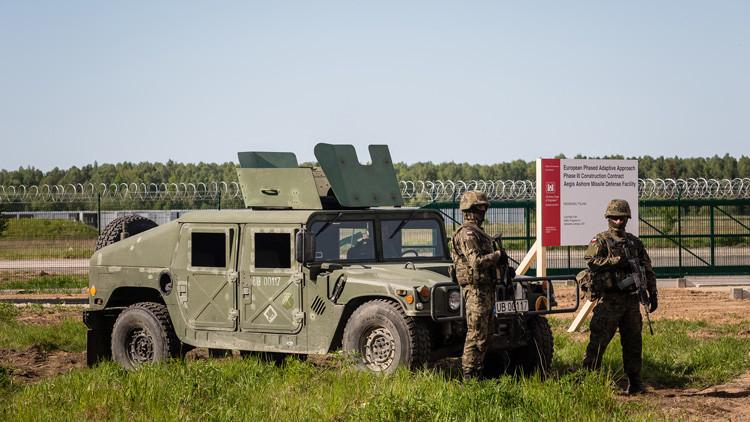 Soldados hacen guardia durante la ceremonia de colocación de la parte norte del escudo de defensa antimisiles en la base militar de Redzikowo en el norte de Polonia, 13 de Mayo 2016.