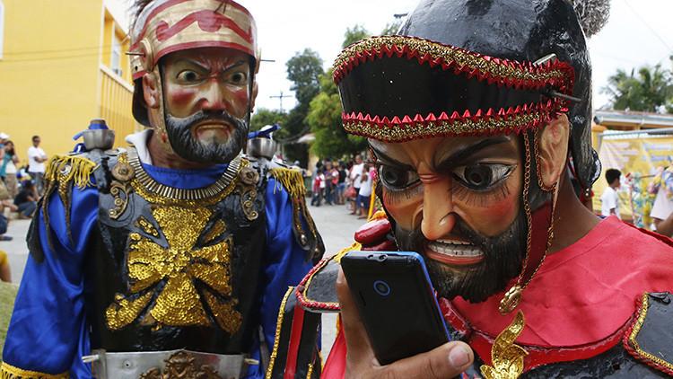 ¿Por qué los famosos cambian sus 'smartphones' por los viejos teléfonos con tapa?
