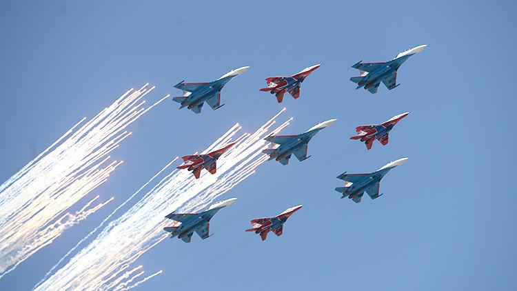 Aviones de combate rusos Mig-29 y Su-27 vuelan en el desfile en Moscú en honor del 71 aniversario de la Victoria en la Gran Guerra Patria de 1941-1945, el 9 de mayo de 2016