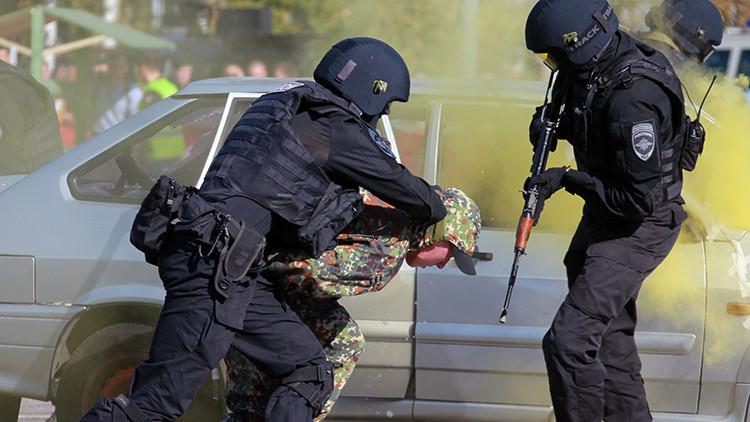 Un hombre armado que tomó rehenes en un banco de Moscú fue abatido por las autoridades