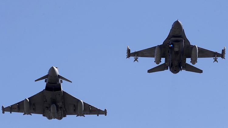Un caza Eurofighter Typhoon de la Fuerza Aérea de España y un F-16 de la Fuerza Aérea de Portugal sobrevuelan una base aérea en una rotación de misión policial aérea en Siauliai, Lituania.