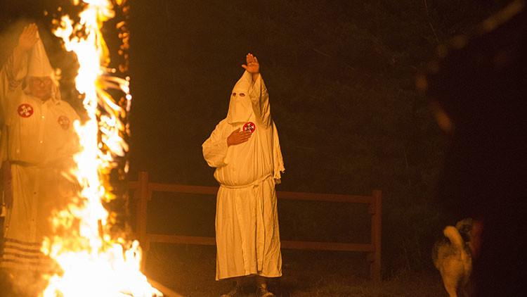 Juzgan a un abogado que va con capucha del Ku Klux Klan a reuniones gubernamentales en Los Ángeles