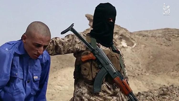 'Aplasta a tus enemigos': El Estado Islámico utiliza rocas para ejecutar a sus prisioneros