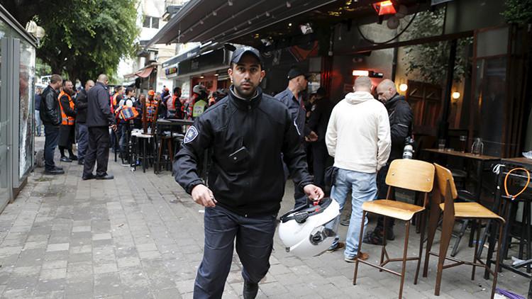 Policías israelíes golpean brutalmente a un hombre de apariencia árabe por no identificarse (video)