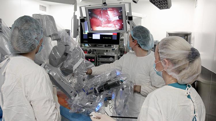 Rusia trasmite a todo el mundo una operación robotizada con el aparato Da Vinci