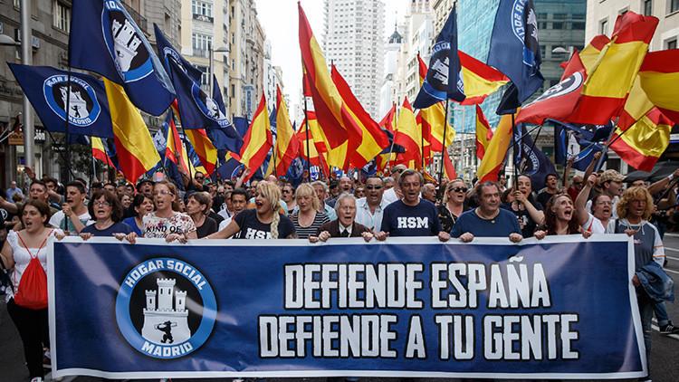 """""""Españoles no, refugiados sí"""": Manifestantes ultraderechistas se confunden de cántico (video)"""