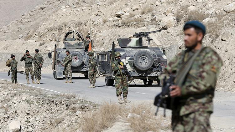 Un grupo de soldados afganos vigila en un puesto de control en la provincia de Logar, Afganistán