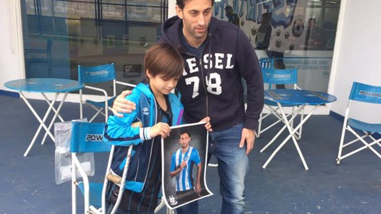 La historia de un niño en muletas que conmocionó a Argentina (Fotos)