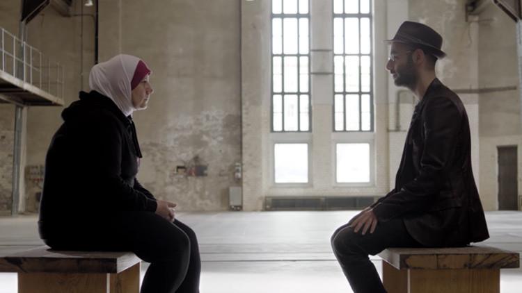 'Rompiendo barreras': Refugiados y europeos se descubren con la mirada en un conmovedor video