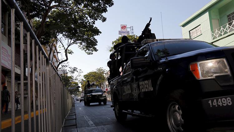 Un agente de policía mexicano graba a un compañero abusando de una menor detenida