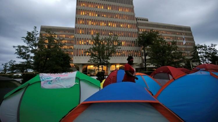 Una acampada de manifestantes frente a la sede de McDonald's en Chicago