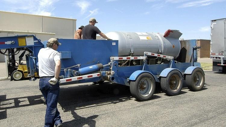 Trabajadores descargan una bomba B53 /  Pantex