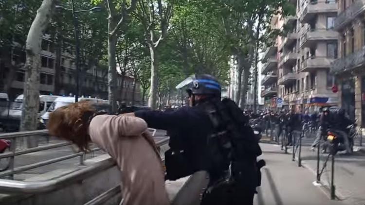 Video: Un policía francés agrede brutalmente a una mujer durante las protestas en Toulouse