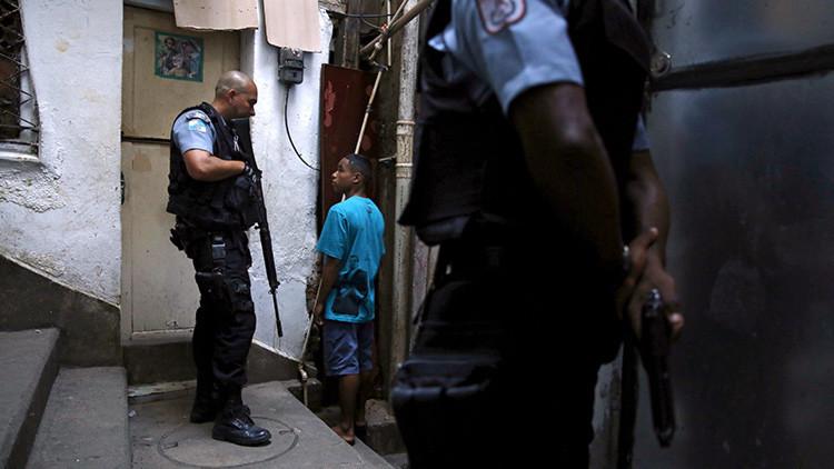"""""""¿Suele tener sexo en grupo?"""": Policía indigna a abogada de la menor violada en Brasil"""
