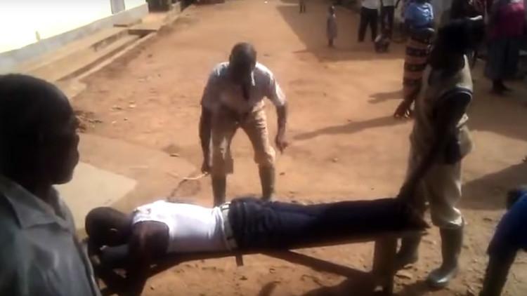 Azotan en público a un nigeriano por adulterio (Imágenes explicitas)