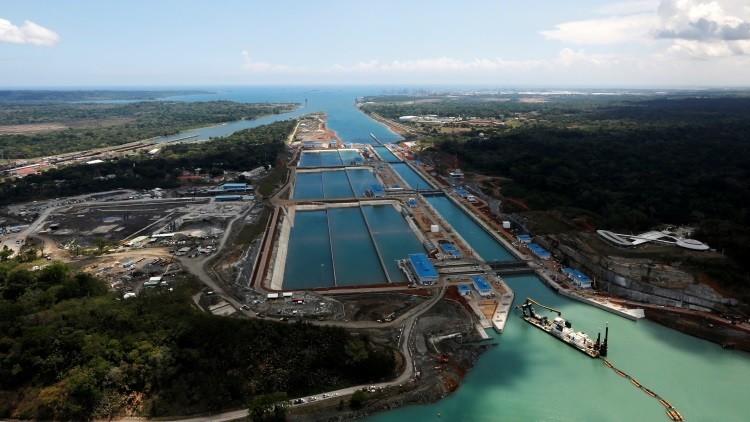 Espectáculo acuático: filman el paso de un carguero por el renovado Canal de Panamá