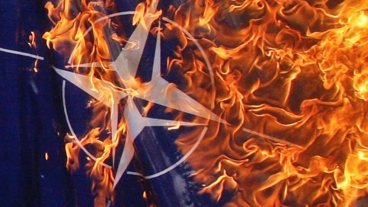 Protesta en Grecia: queman banderas de la OTAN y la UE frente a la base aérea en Creta (VIDEO)