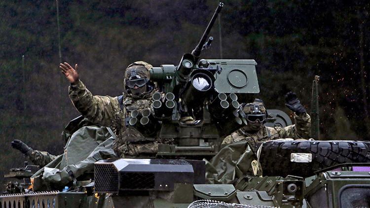 'Bienvenida' a la checa: Publican el video de un veterano que enseña el trasero al convoy de la OTAN