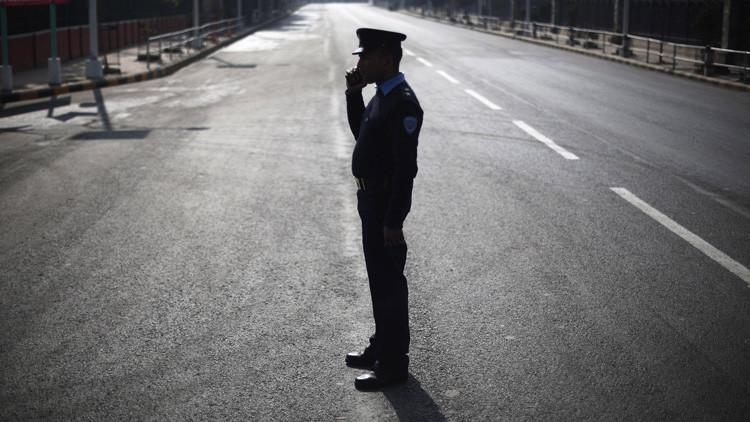 India: Un policía exige a un hombre que le limpie los zapatos si quiere poner una denuncia (video)