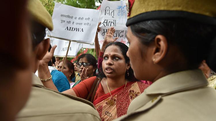 Tres hombres violan a una adolescente india y la cuelgan de un árbol para que parezca un suicidio