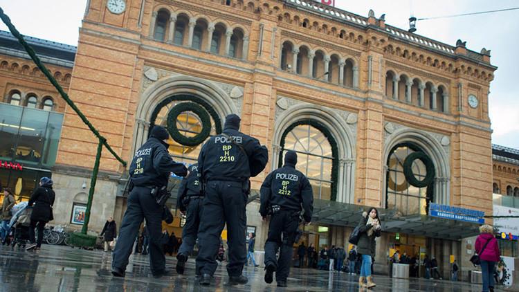 """""""Sorprender a los infieles"""": La adolescente alemana que apuñaló a una policía actuó por orden del EI"""