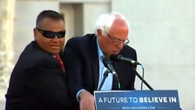 Video: Agentes del Servicio Secreto de EE.UU. impiden una agresión contra Bernie Sanders